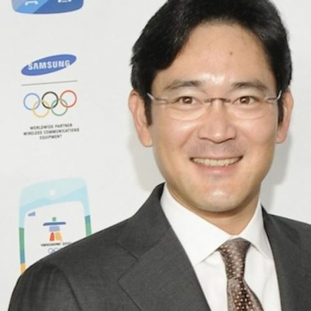 Samsung Chief awaits decision on possible arrest warrant