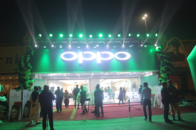 OPPO F5 kicks off First Sale across Pakistan with with Hasan Ali as the One Day Celebrity Shop Manager